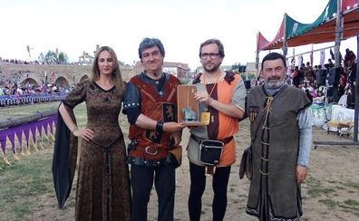 El narrador de las Justas, Isaac Carbajo, reconocido como Caballero Defensor del Passo