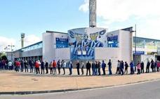 El Toralín registra largas colas de aficionados para sacar una entrada del Ponferradina-Cartagena