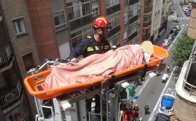 Los bomberos evacuan a una anciana por la ventana de un sexto piso de Valladolid