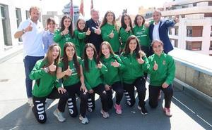 El alcalde recibe a las atletas del club ULE Sprint León