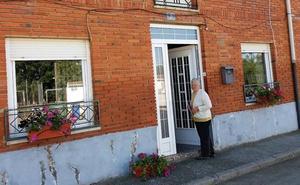 La cooperativa de Santibáñez de la Isla regala flores a sus vecinos