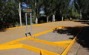 El Ayuntamiento finaliza la mejora en la bolera de San Marcos con nuevos bancos y más superficie de acera