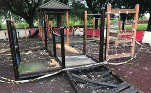Un incendio de pelusas provocado calcina un parque infantil ubicado en Papalaguinda