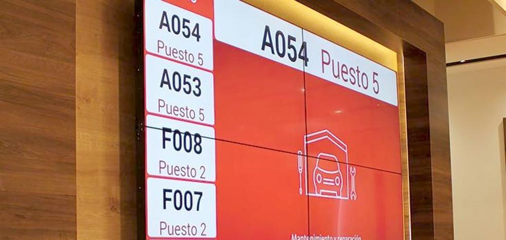 La banca en León: colas, desconcierto y horarios limitados para 'complicar la vida' al cliente
