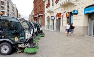 El Ayuntamiento deja cuatro barredoras ante un banco para denunciar que no las repara