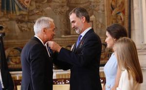 Felipe VI otorga la Orden del Mérito Civil a un ingeniero de montes de Ponferrada