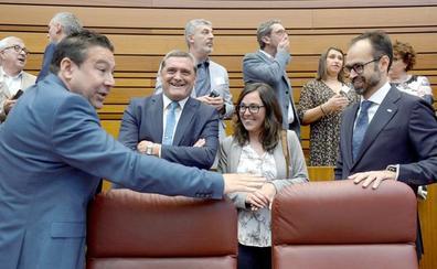 Luis Mariano Santos jura «por la autonomía de la región leonesa» y pide a Fuentes «que estudie historia»