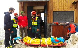 El Greim evacúa a un varón lesionado que fue rescatado por los guardas del refugio del Collado Jermoso