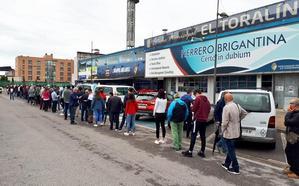 Las colas de aficionados rodean El Toralín para conseguir una entrada para el partido de vuelta de la SD Ponferradina contra el Hércules