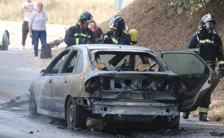 Un coche en llamas en León