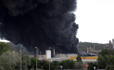 La Junta de Andalucía da por «prácticamente extinguido» el incendio de la fábrica Indorama en San Roque