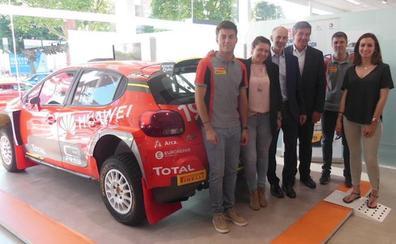 Pepe López y Borja Rozada visitan León antes de competir en la prueba de Astorga del Campeonato de España de rallies de tierra