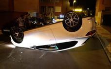 Tres heridos y tres coches dañados tras un vuelco en el barrio de La Sal por exceso de velocidad