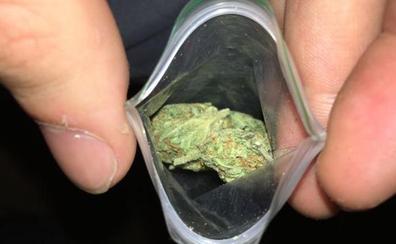 La Policía Local le da el alto por conducir de forma anómala y le pilla con una bolsa de marihuana