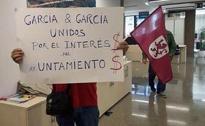 Varias personas son desalojadas del pleno de Villaquilambre por pancartas y gritos contra Lázaro García y el alcalde Manuel García