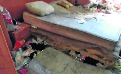 Retiran 4.200 kilos de basura del piso de Palencia en el que murió un hombre con síndrome de Diógenes
