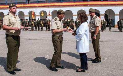 La presidenta del Colegio de Economistas de Leon, 'Soldado de honor del Regimiento de inteligencia'