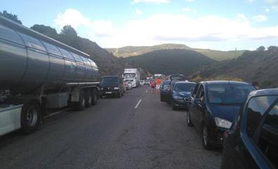 La colisión de dos vehículos provoca un corte de tráfico en la A-6 a la altura de Torre del Bierzo