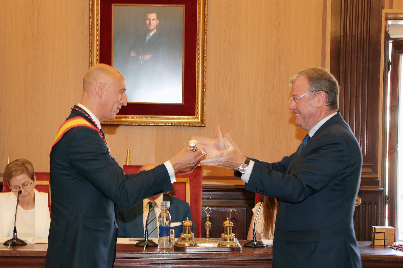 Constitución de la corporación municipal y elección de alcalde en León