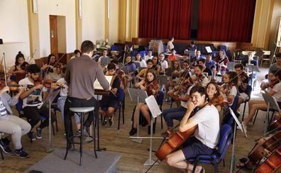 La Joven Orquesta Leonesa prepara su actuación del sábado en el Auditorio Ciudad de León