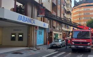 Se desprende parte de una cornisa en la plaza de las Cortes Leonesas sin causar heridos