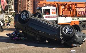 Dos vehículos colisionan y uno sufre un aparatoso vuelco en la rotonda de Carrefour