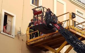 Amplio operativo de rescate para evacuar a un varón con obesidad morbida de su vivienda