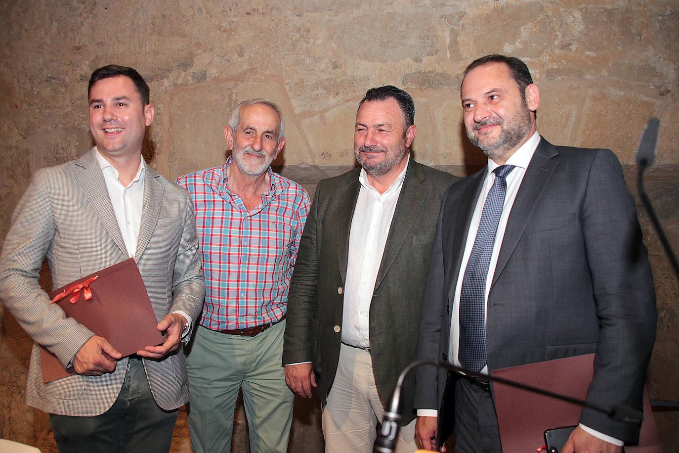 Firma del documento de compromiso entre PSOE y UPL por la Diputación de León