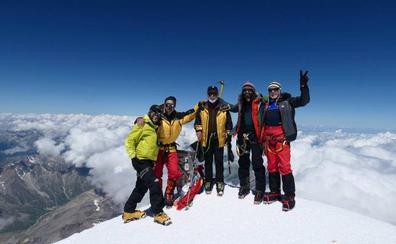 León corona la cima del Elbrus