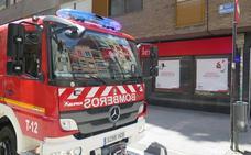 Los Bomberos de León intervienen en la calle Monasterio por el humo de unos halógenos quemados