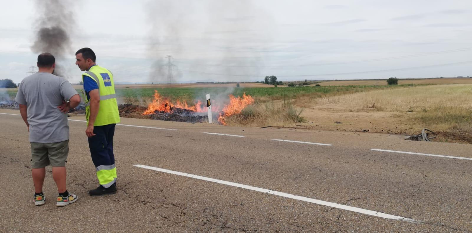 El fuego devora un vehículo tras una salida de vía en la N-601 y su conductor resultado herido