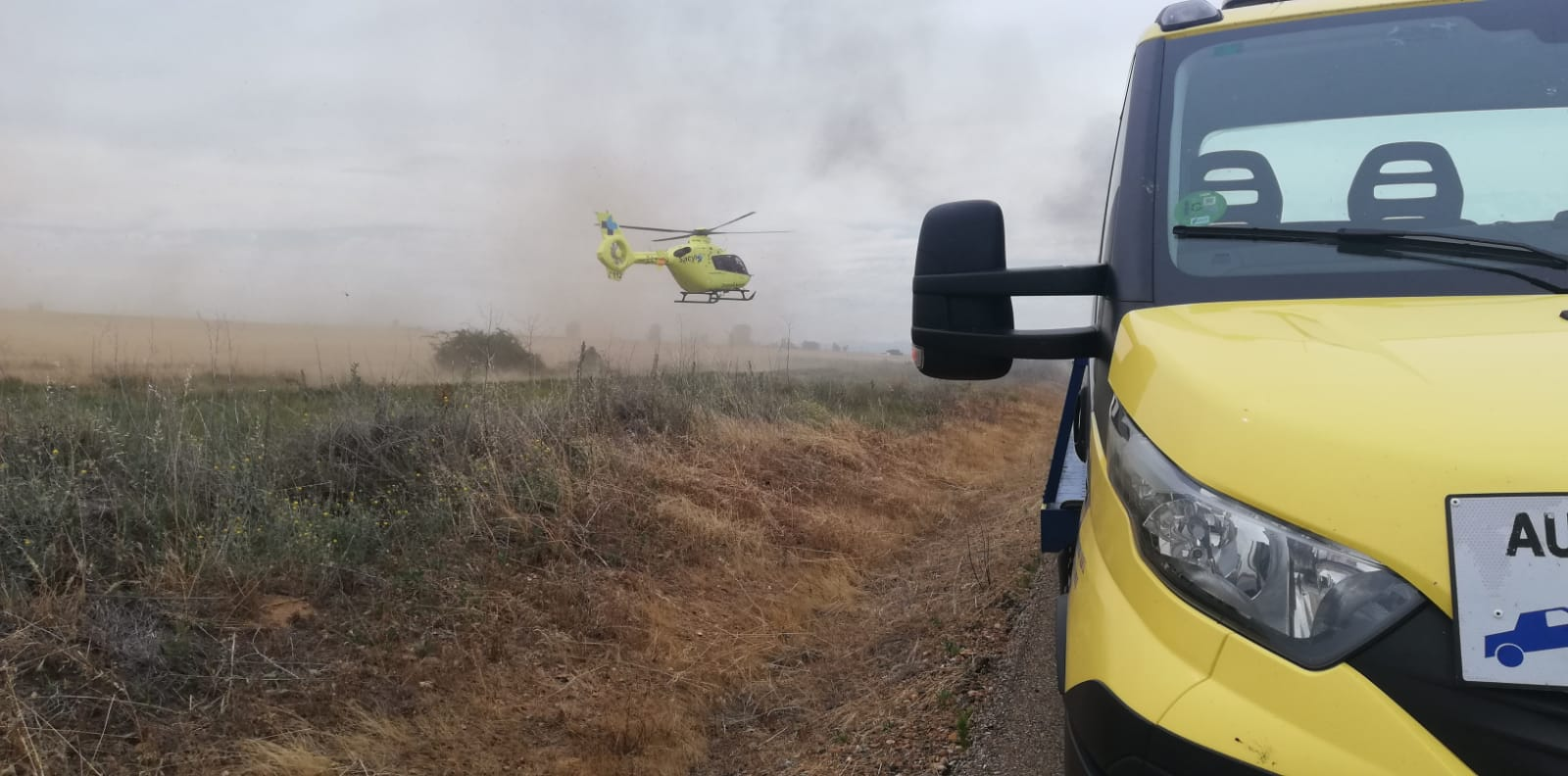 El fuego devora un vehículo tras salirse de la vía en la León-Valladolid
