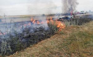 Varios testigos salvan a un conductor accidentado en la N-601 antes de que se incendie su vehículo