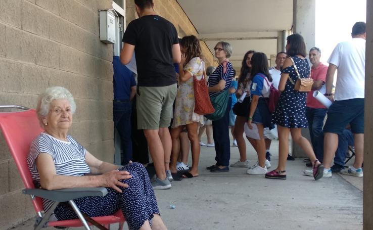 Largas colas en la primera jornada de distribución de carnets de la Ponferradina