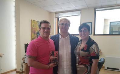 La alcaldesa de San Andrés del rabanedo recibe al escritor Luis Artigue
