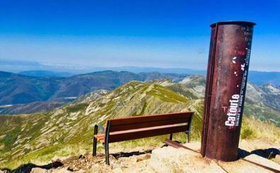 Igüeña 'planta' un banco a más de 2.000 metros contra el olvido