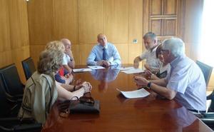 El alcalde recoge las peticiones de los vecinos y muestra su compromiso de mejorar los servicios