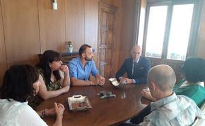 La precariedad laboral y el instrusismo centran la reunión de la Asociación de Periodistas con el alcalde