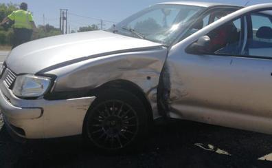 Un coche embiste a otro y deja un herido en el cruce entre la N-120 y Aldea de la Valdoncina
