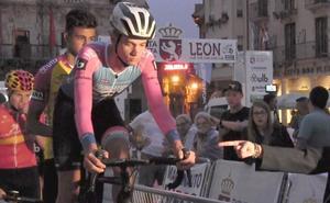 La lluvia desluce el inicio de la Vuelta a León y deja sin emoción la prólogo de Astorga