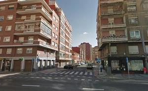 Un incendio por unas velas provoca graves daños en una vivienda en León y deja una mujer herida de 53 años