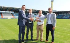 La Liga entrega al alcalde un balón oficial para dar la bienvenida a Ponferrada a la Segunda División