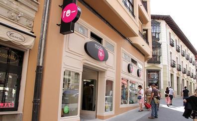 La tienda 'Moda-Re' de Cáritas Diocesana de León gestiona en un año 314 toneladas de ropa y beneficia a 210 personas