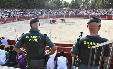 La Guardia Civil mantiene a raya la becerrada de San Rafael, que se desarrolla sin apenas incidentes