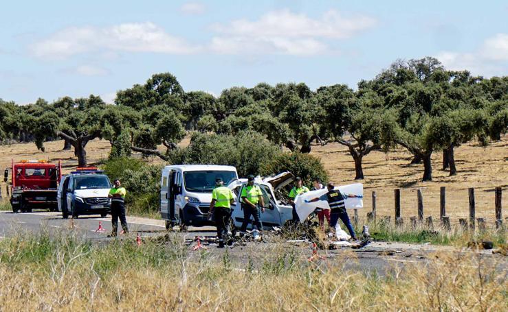 Fallece un hombre en una brutal colisión entre un camión y una furgoneta en la carretera de Vecinos (Salamanca)