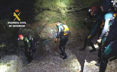 El grupo subacuático de la Guardia Civil rescata a dos senderistas enriscados en el pantano de San Facundo