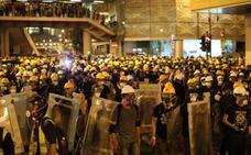 Cientos de manifestantes interrumpen el servicio de trenes de Hong Kong