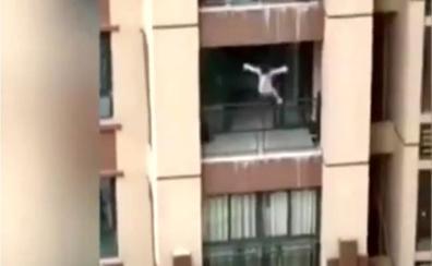 Vídeo: un niño de tres años sale ileso tras una caída de seis pisos