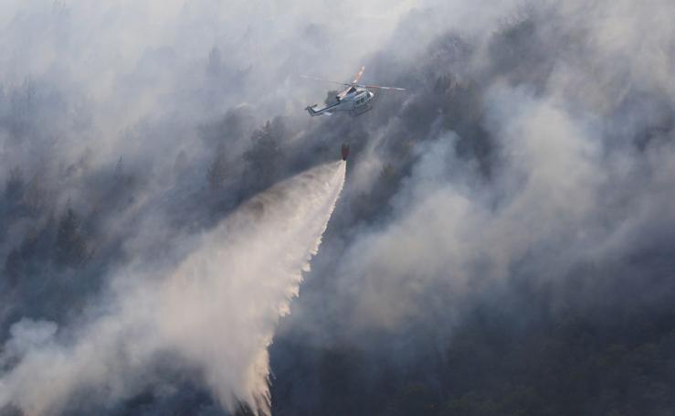 Fuego en el pantano de Bárcena