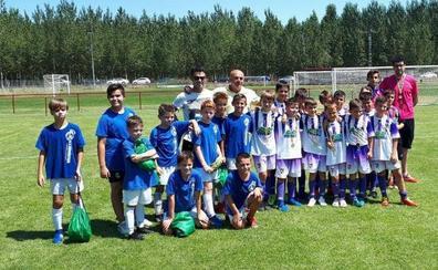 Alevines de Torrelavega y Valencia de Don Juan, hermanados por el fútbol en el polideportivo